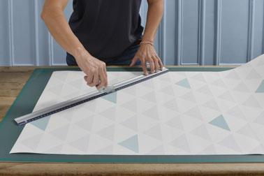 Pour la première étape, concevez et découpez des formes géométriques de différentes tailles dans les papiers peints que vous avez choisi à l'aide d'un cutter.