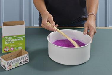 Ensuite, préparez la colle pour le papier peint à l'aide du capot doseur et de la quantité d'eau indiquée. Mélangez bien pour obtenir une colle homogène et fluide