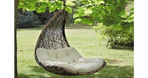 un fauteuil papasan suspendu en rotin sur la terrasse du jardin. Black Bedroom Furniture Sets. Home Design Ideas