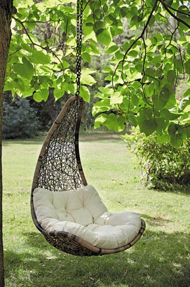 Aux beaux jours, relaxez-vous à l'ombre d'un arbre, dans un fauteuil à suspendre dans le jardin, pour une ambiance romantique et cocooning à souhait ! - Maisons du Monde