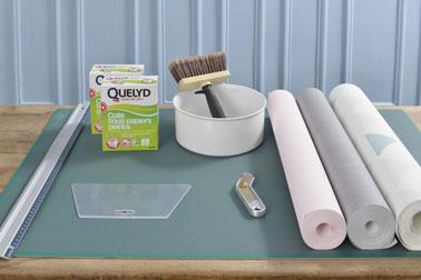 Pour réaliser une déco murale ultra tendance aux formes géométriques, il vous suffit d'utiliser différents papiers peints colorés et de la colle à papier peint