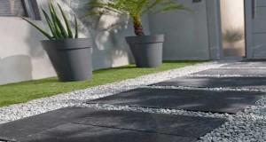 Pas japonais en pierre plate, traverses en ardoise ou bois, les conseils Déco Cool pour poser des pas japonais dans le jardin etaménager uneallée déco versla maison ou la piscine.