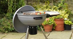 Plutôt de jeter son vieux barbecue, mieux vaut le repeindre pour retirer la rouille avec une peinture en bombe spéciale hautes température qui s'applique en une seule couche