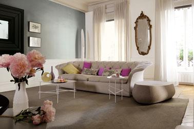 Chic la déco du salon avec sa peinture en nuance de gris soulignée par des coussins de couleurs vives et un grand tapis taupe ! Un salon ultra confort sans fausses notes