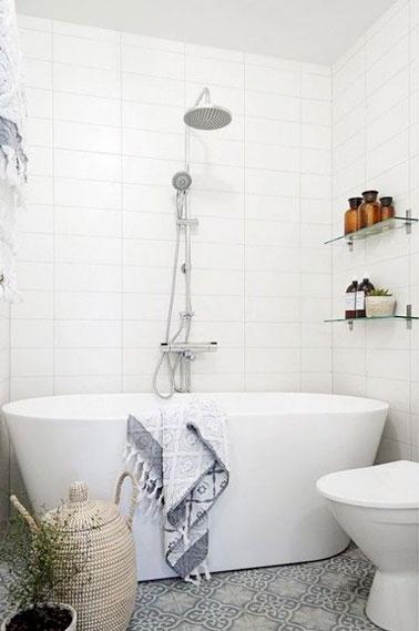 Une petite salle de bain d co avec une baignoire lot for Baignoire petite salle de bain