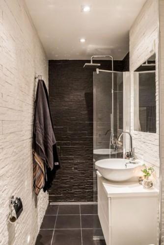 petite salle de bain d co noire et blanche en longueur. Black Bedroom Furniture Sets. Home Design Ideas