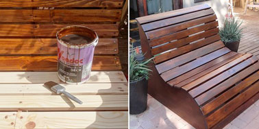 Photo pendant le vernissage des planches de pin et après pour voir le résultat obtenu quand la peinture est finie et sèche. Un banc de jardin verni placé sur la terrasse.