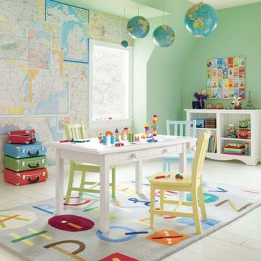 Voilà une déco ludique pour jouer et apprendre en même temps grâce à du papier peint réalisé avec des cartes du monde, un tapis alphabet et des suspensions en globe terrestre