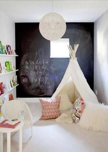 Le tipi fait la déco dans cette salle de jeux pour enfants ! Au fond, un mur peint à la peinture tableau noir pour s'exprimer, un petit coin lecture et voilà une salle de jeux top