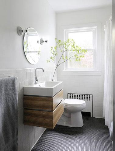 Sol pvc pastille noir style m tro dans une petite salle de for Sol vynil salle de bain