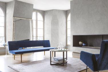 Un mariage subtil du bleu et du gris pour la déco du salon pour une ambiance sophistiquée assurée. Un salon raffiné grâce à des murs en stuc gris à l'aspect marbre