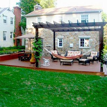 Voilà une terrasse charmante et spacieuse ! Un coin tranquille et déco aménagé sur la terrasse en bois derrière la maison pour des moments de convivialité en famille