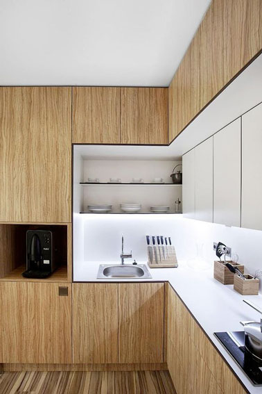 Pleine de charme, le bois a investi cette jolie cuisine. Un plan de travail blanc et une crédence en verre apportent de la luminosité et voilà une cuisine stylée