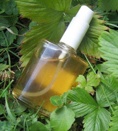 Avec du bicarbonate, du vinaigre, de l'alcool et de l'huile essentielle de citron et à l'aide d'une éponge, opter pour la désinfection optimale d'un matelas.
