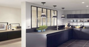 Pour donner du style à la cuisine et ne pas la priver de luminosité, aménager une verrière intérieure est un bon plan déco qui donnera du cachet à votre espace