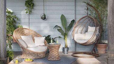 ambiance lounge sur une terrasse cosy avec fauteuil suspendu. Black Bedroom Furniture Sets. Home Design Ideas
