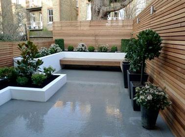 Un banc de jardin en bois sur une terrasse design - Banc design exterieur ...