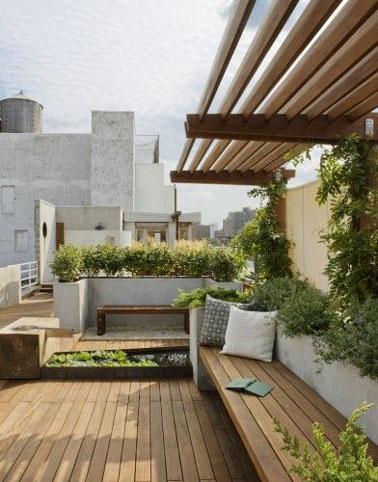 Sur cette terrasse au sol en bois composite, le banc de jardin en bois trouve parfaitement sa place et vient compléter la déco en faisant également un clin d'oeil à la pergola