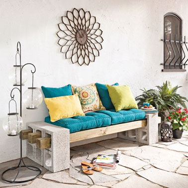 Une idée ingénieuse et pleine d'originalité pour faire un banc de jardin avec des parpaings, des tasseaux en bois et quelques coussins pour un maxi confort