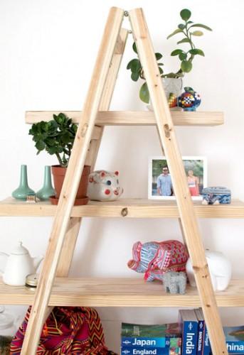 Avec une échelle et des planches de pin , créer un bureau original et unique, pour ranger tous types d'objet, que ce soit livres, pots de fleurs, chaussures, etc…