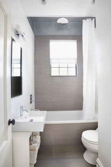carrelage gris et baignoire dans une petite salle de bain. Black Bedroom Furniture Sets. Home Design Ideas