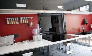 Une cr dence en peinture v33 dans une cuisine rouge et noire - Credence pour cuisine rouge ...