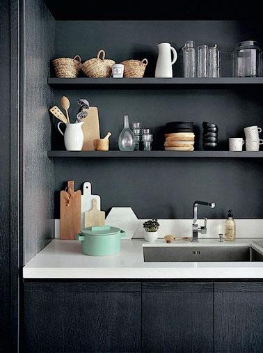 Voici une cuisine qui ne manque pas de caractère ! La crédence gris anthracite fait un joli contraste avec un plan de travail blanc pour une déco très chic