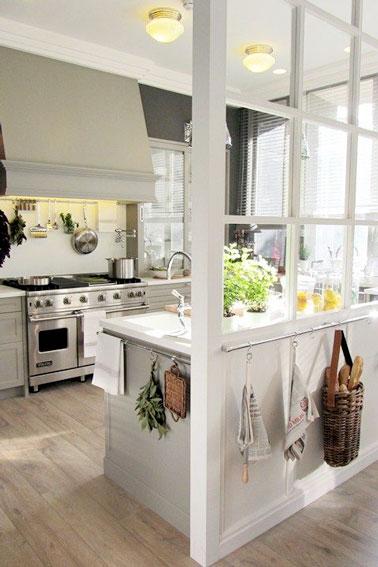 Une cuisine blanche semi ouverte avec une verri re interieure - Cuisine blanche ouverte sur salon ...