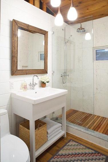 Parquet et dalles de caillebotis posées dans la douche italienne apportent un style cosy à cette petite salle de bain aménagée avec goût et hyper pratique !