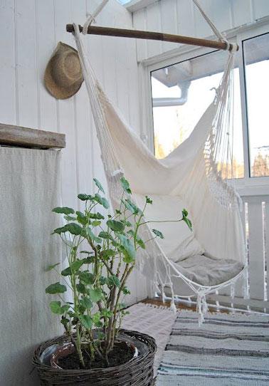 Sous la véranda, un petit espace a été aménagé avec un fauteuil suspendu au style hamac pour faire la sieste à l'ombre et à l'abri de la chaleur extérieure !