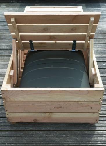 Transat en bois vu de dos. Rattacher le dossier de pliage du transat au sommier avec des charnières puis fixer des tasseaux en arrière pour le relever ou le rabattre.
