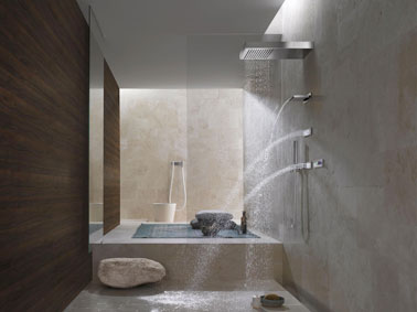 Ultra design, cette salle de bain prend des airs de spa avec un petit rebord spécialement aménagé à côté de la douche italienne pour se relaxer et décompresser