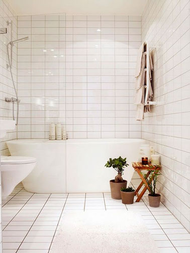 Du carrelage blanc dans une petite salle de bain pratique for Carrelage au plafond