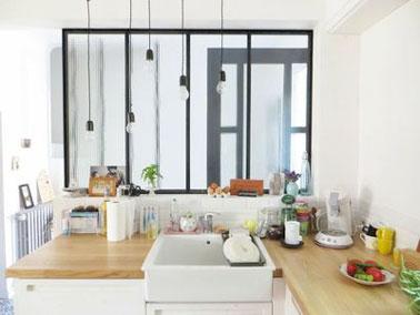 Esprit atelier dans une cuisine verrière lumineuse