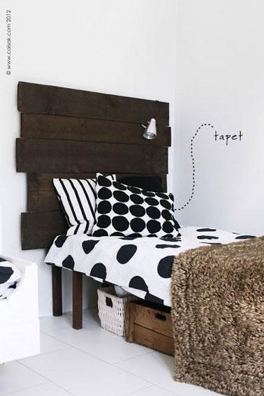 La tête de lit réalisée en assemblant des planches de bois vernies donne du caractère à cette chambre blanche ! Une idée déco pas chère à reproduire facilement