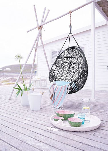 d co de terrasse very cocooning avec un fauteuil suspendu. Black Bedroom Furniture Sets. Home Design Ideas