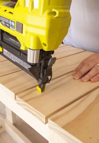 Poser des planches de bois pour faire le dessus ainsi que l'étagère du bas de la desserte et avec des morceaux de tasseaux, bien espacer les planches entre elles.