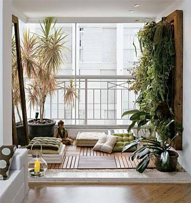 La déco zen sur ce balcon est assurée par les plantes et un jardin suspendu souligné par des dalles en caillebotis et des éléments déco zen comme le bouddha