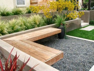 Aménagé avec un banc en bois, ce jardin zen est ultra déco. Un espace extérieur idéal pour se relaxer et profiter à 100% de son jardin pendant les beaux jours