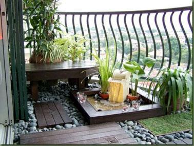 Ce petit jardin zen aménagé sur le balcon a tout bon pour nous détendre ! Design, décoré de bois, de gazon synthétique, de galets et d'une fontaine, la déco est top !