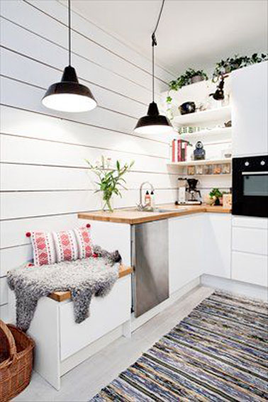Cette kitchenette blanche où tout est intégré est ultra pratique et stylée ! Déco blanche et touches de couleurs pour une petite cuisine à la pointe de la tendance