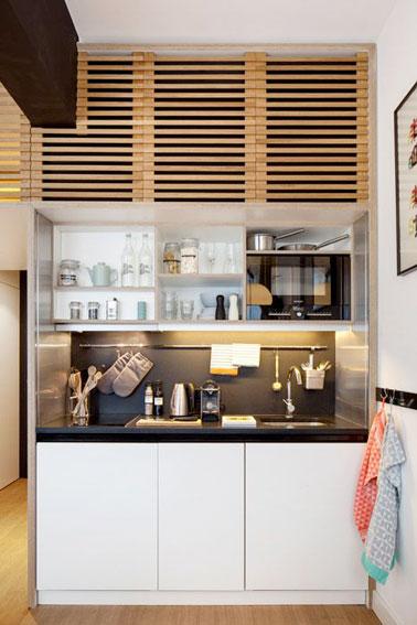 Une kitchenette bois monobloc avec une cr dence noire - Kitchenette pour studio ikea ...