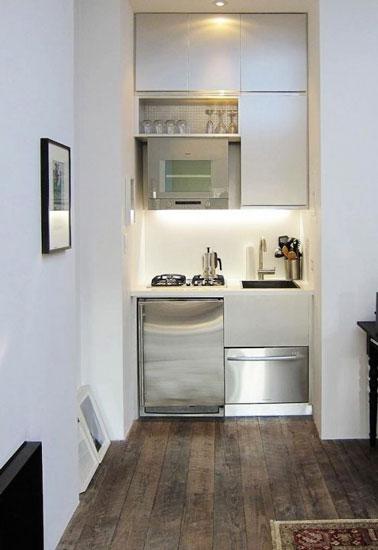 Aménagée dans un ancien placard, la kitchenette prend place dans un coin afin de maximiser l'espace d'un studio. Une petite cuisine fonctionnelle et mignonne comme tout