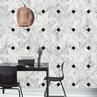 Pour donner de l'élégance à une pièce, le papier peint effet marbre c'est top ! Une bonne astuce déco pour une salle à manger ou une cuisine ultra originale