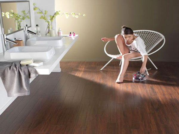 10 parquets salle de bain des grandes enseignes de bricolage for Parquet en bambou salle de bain