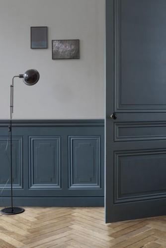Patiner une porte avec peinture effet m tal poudr bleu cosmos for Peinture meuble effet metal