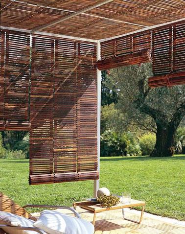 Sur la terrasse du jardin, cette pergola pleine de charme réalisée avec une structure en aluminium et des stores en bois trouve sa place pour notre plus grand bonheur !