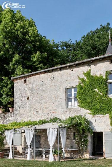 Pergola avec toit tuile sur terrasse devant maison de campagne for Exterieur maison campagne