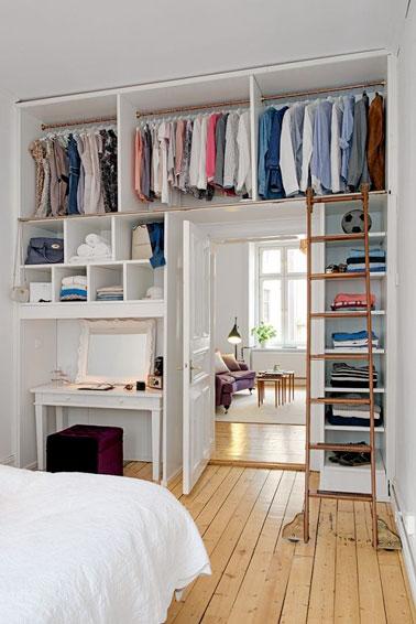 Voilà un dressing ultra malin, prenant place jusqu'au plafond, aménagé dans une petite chambre afin de gagner de l'espace. Des rangements gain de place pour une déco au top