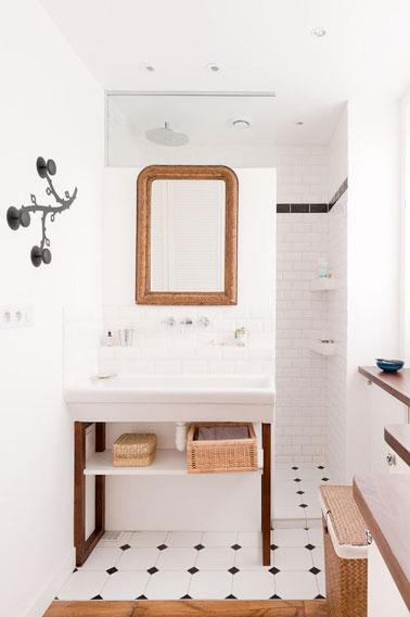 Une petite salle de bain blanche avec du carrelage m tro for Salle bain blanche